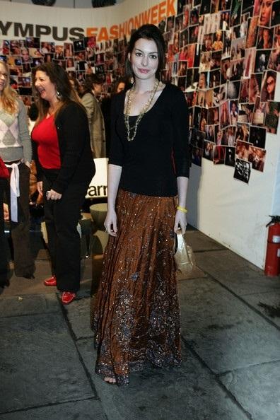 Энн Хэтуэей в коричневой юбке с узором и черной блузке