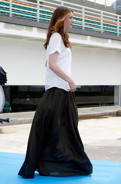 Энн Хэтуэй в белой свободной футболке и юбке