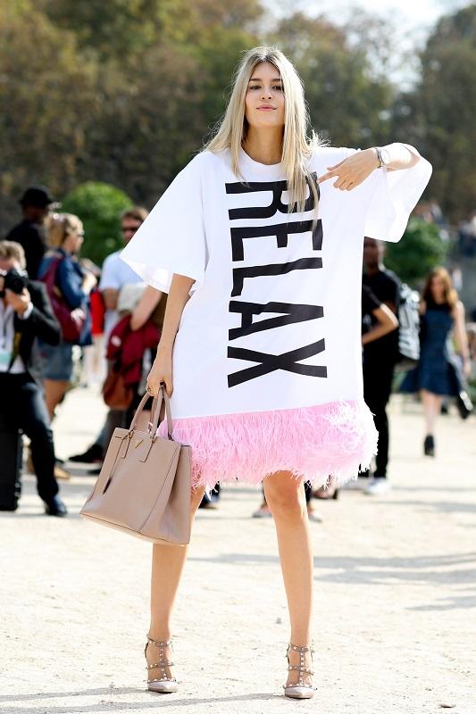 Этот вариант для смелых девушек, платье футболка с отделкой подола