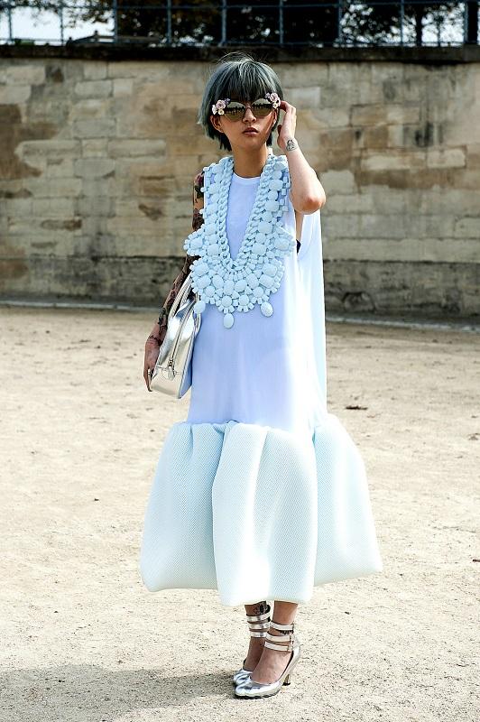 Голубое платье с интересной отделкой ворота