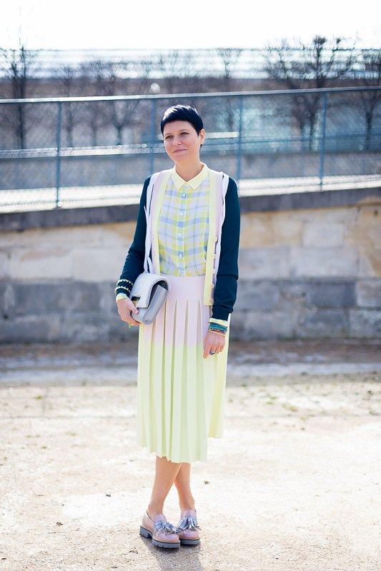 Интересное сочетание нежной юбки пастельного цвета с синей олимпийкой и ботинками