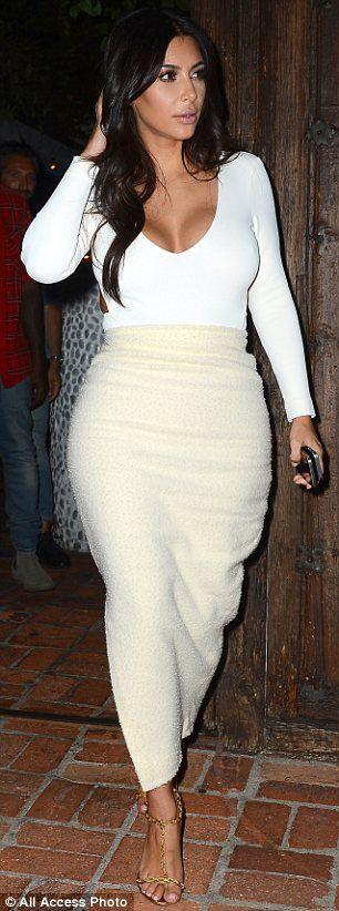 Ким Кардашян в длинной, обтягивающей юбке и белом топе