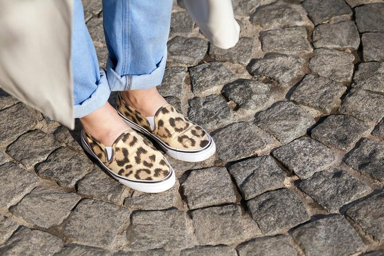 Леопардовые слипоны и джинсы бойфренды