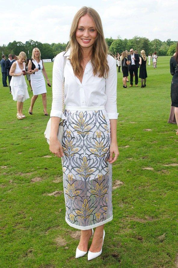 Лора Хэддок в длинной юбке с узором и белой рубашке