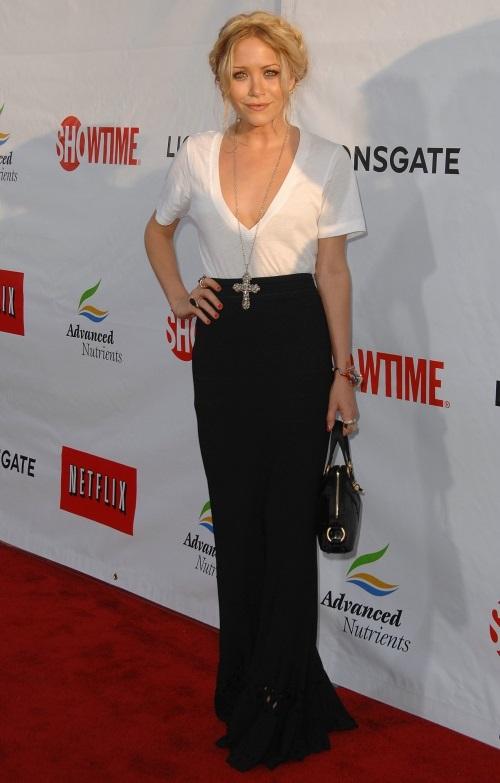 Мери-Кейт Олсен в белом топе и черной юбке