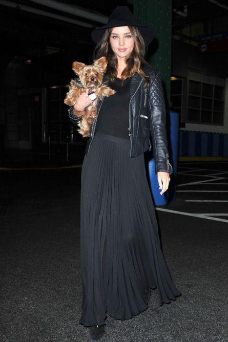 Миранда Керр в длинной плиссированной юбке и кожаной куртке