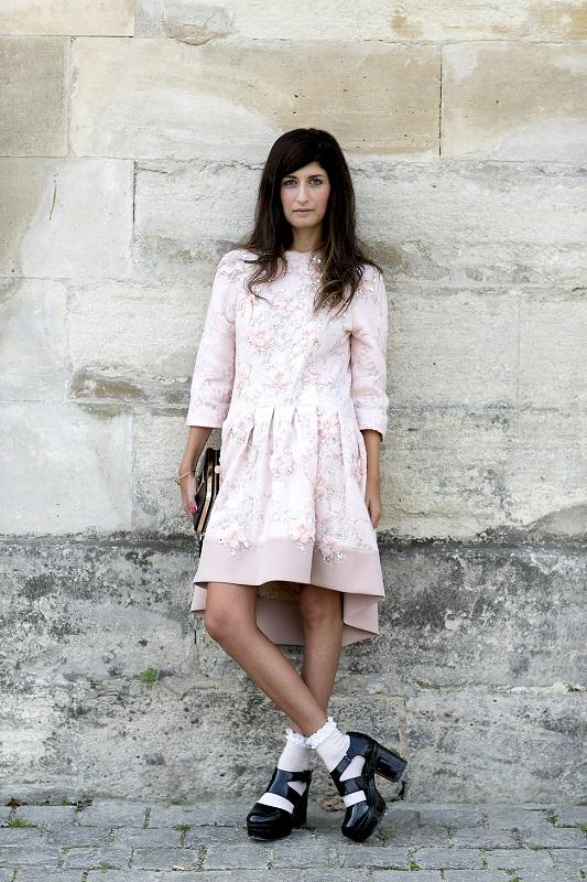 Модное сочетание-платье пастельного тона и черные лакированые туфли на толстом каблуке
