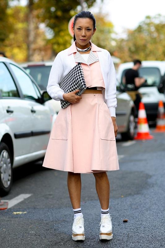 Модный образ, юбка миди и укороченный пиджак в постельных розовых тонах
