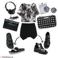 Молодежный образ с двумя вариантами аксессуаров. Блуза с принтом, черные шорты, сандалии, клатчи