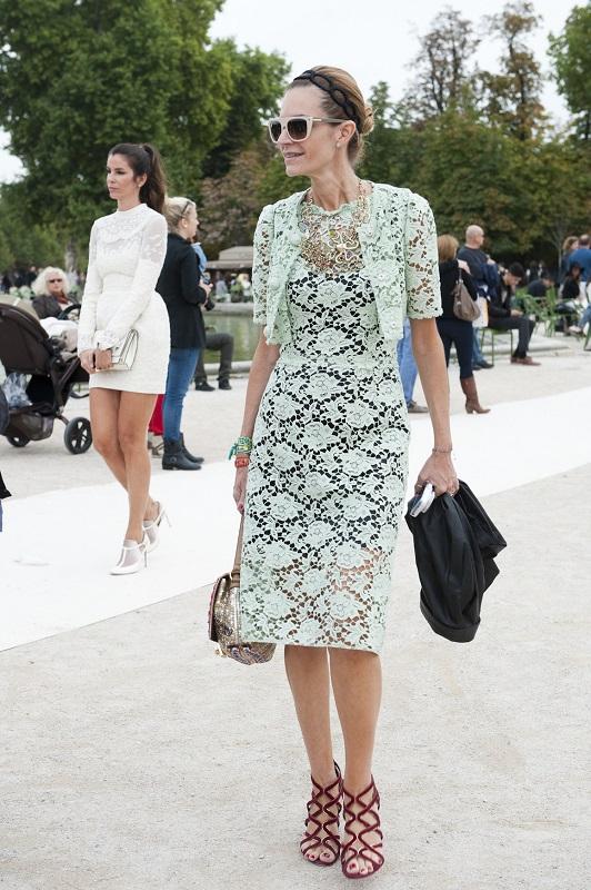 Нежное кружевное платье и укороченная накидка в нежных пастельных тонах