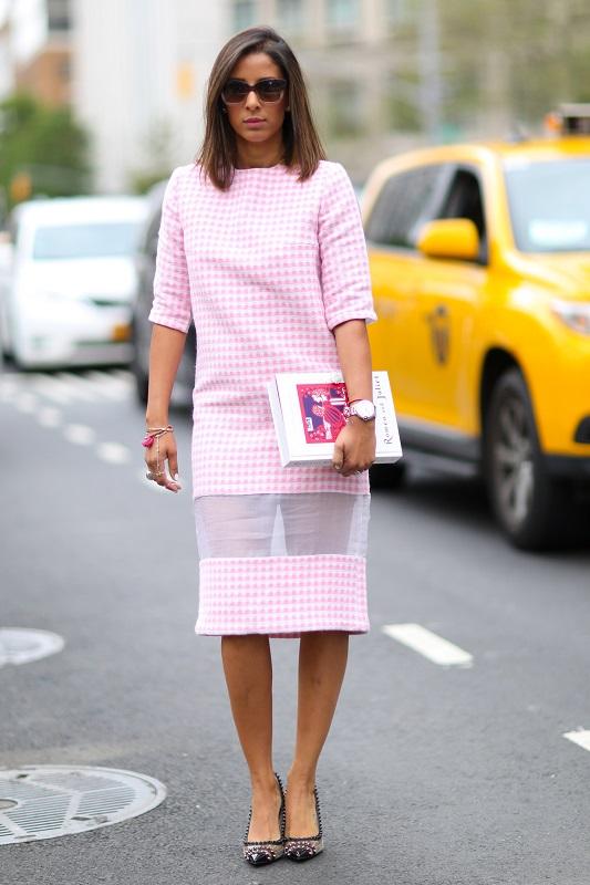 Нежное платье футляр по колено с интригующей сеточкой