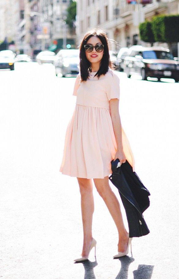 Нежное розовое платье отлично сочетается с курткой косухой