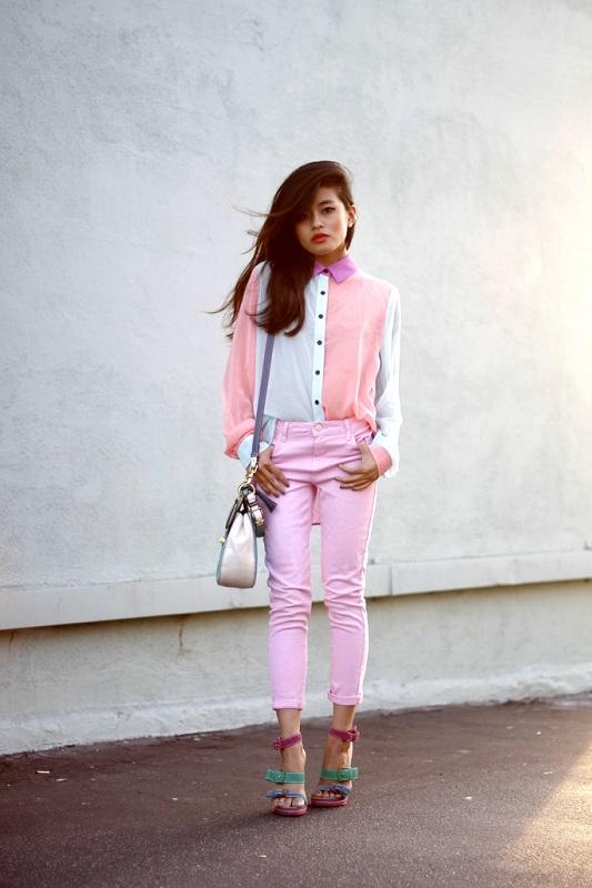 Нежный образ в розовых тонах, укороченные брюки и бело-розовая блуза