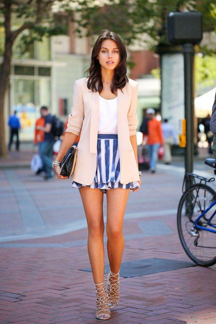 Нежный образ, юбка в полоску и удлиненный пиджак пастельного оттенка