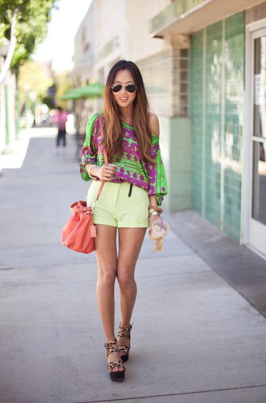 Повседневный образ, короткие шорты и футболка