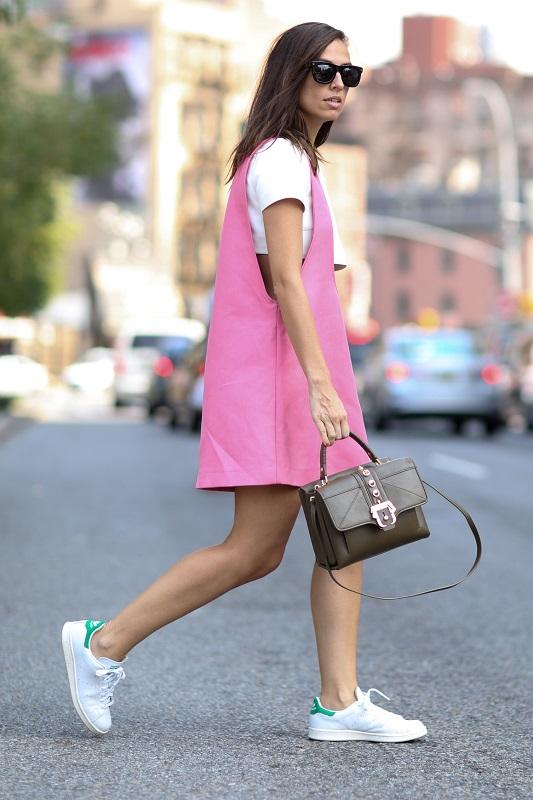 Повседневный образ, розовый сарафан и кроссовки