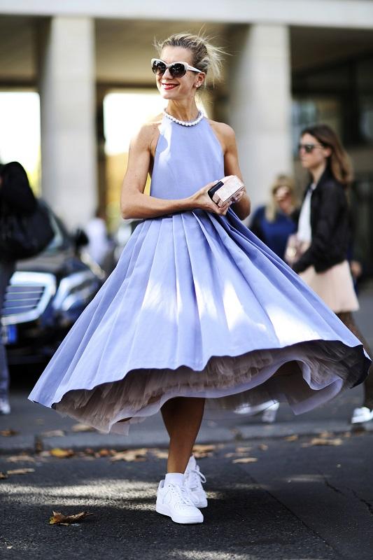 Прекрасное сочетание, платье с воздушной юбкой-солнце и белые кроссовки