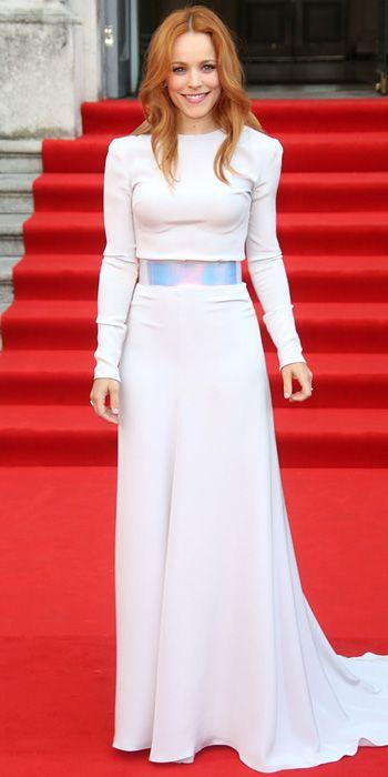Рэйчел Макадамс в белой юбке в пол и белом топе