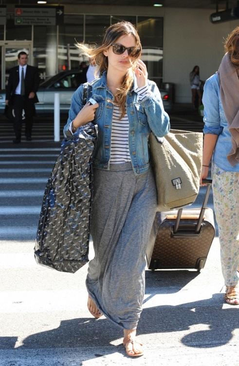 Рейчел Билсон в серой, длинной юбке и джинсовке