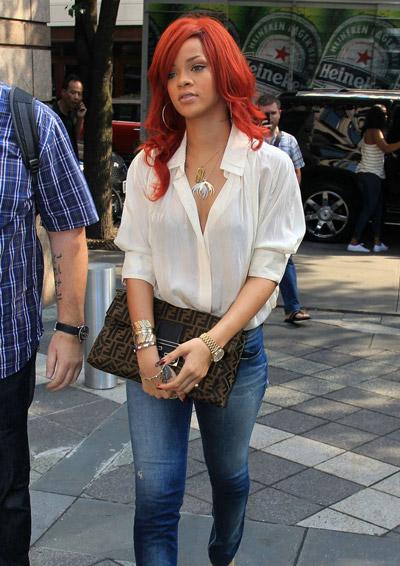 Рианна в джинсах и белой блузке