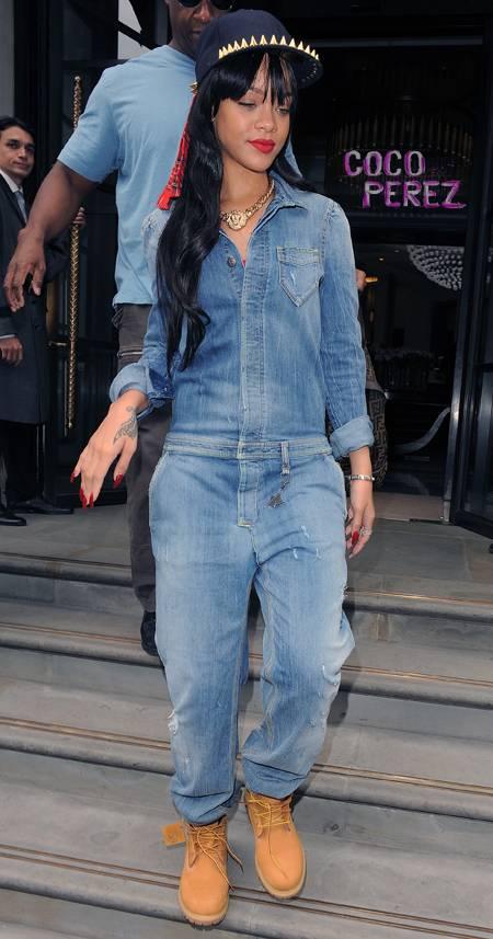 Рианна в джинсовом комбинезоне