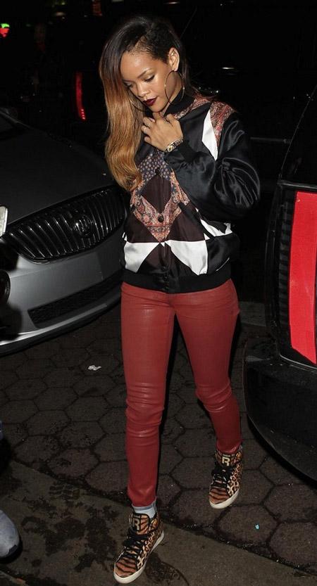 Рианна в красных кожаных штанах