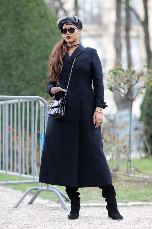Рианна в темно-синем пальто, сапогах и берете