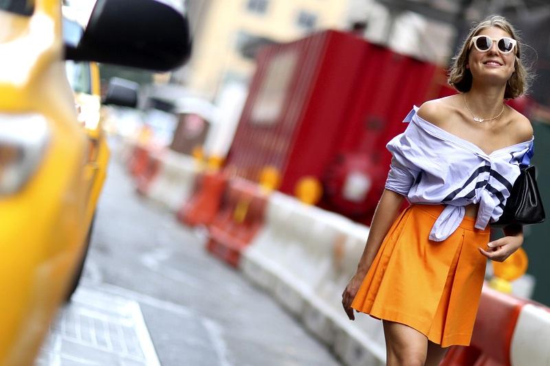 Смелый образ на жаркий день-оранжевая юбка и светлая рубаха