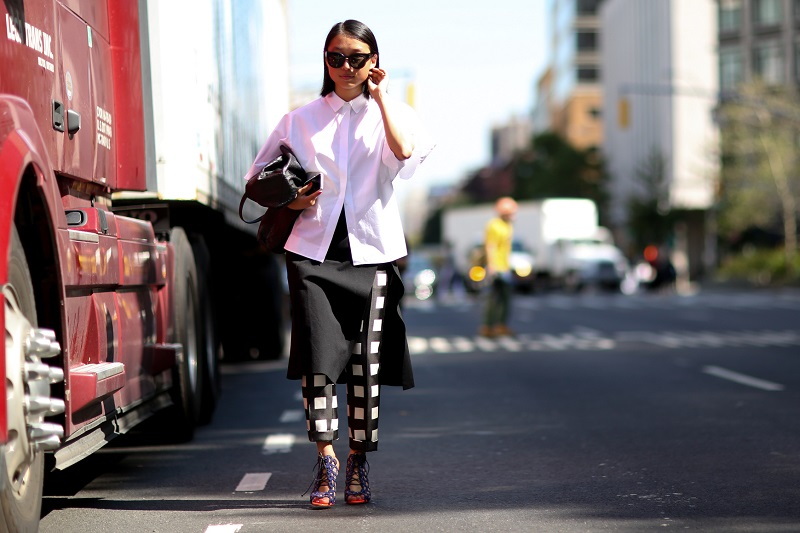 Смелый образ, укороченные брюки в клетку, юбка и светлая рубаха