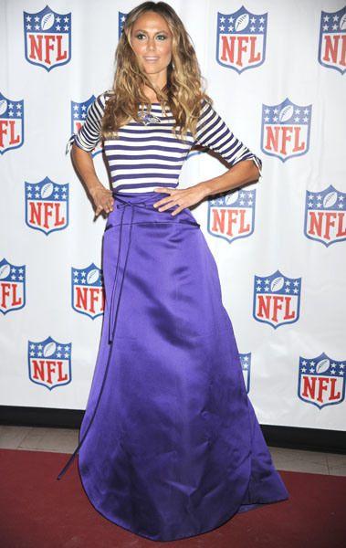 Стэйси Киблер в фиолетовой юбке в пол и топе в полоску