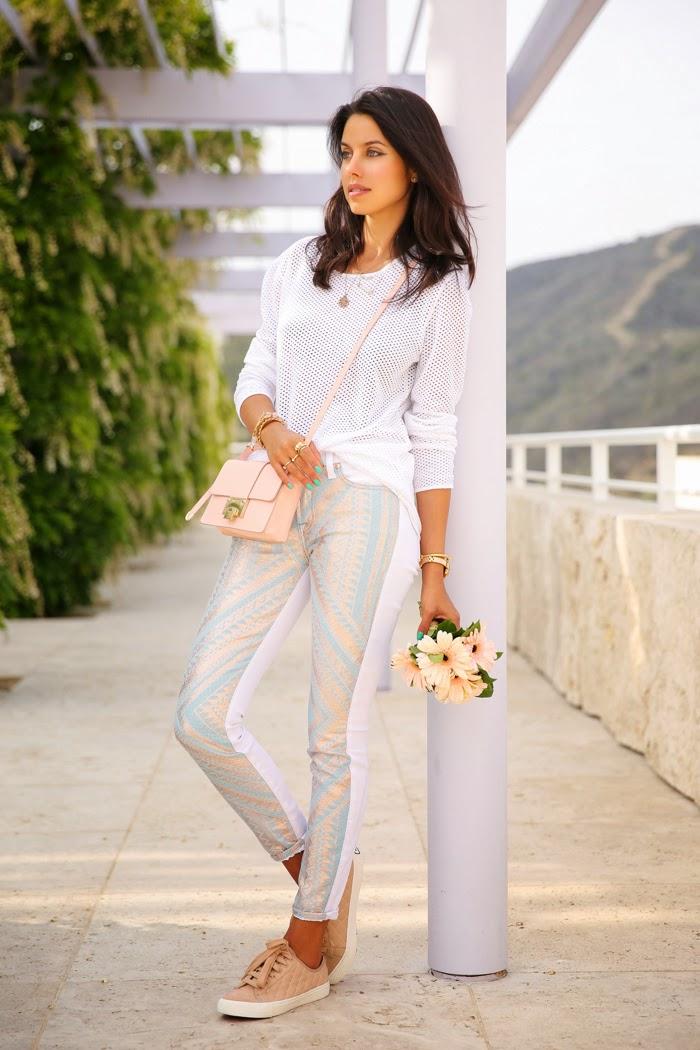Свежий образ на каждый день, белые брюки и свитшот