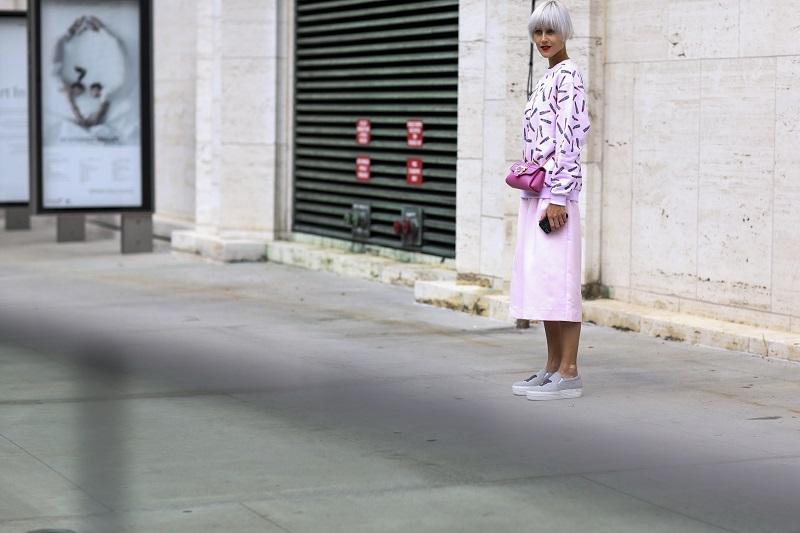 Свитшот с принтом и прямая юбка миди в розовых пастельных тонах