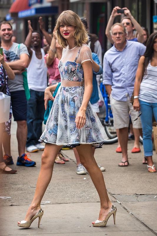 Тейлор Свифт на высоких каблуках и необычном платье