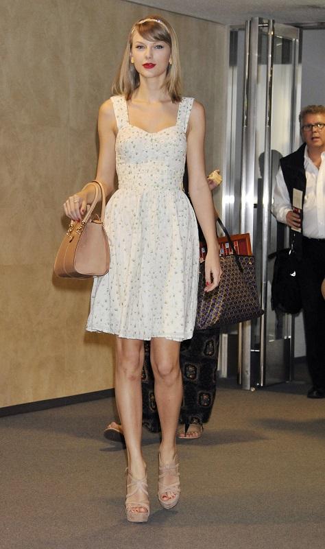 Тейлор Свифт в белом платьице, босоножках и ободком на голове
