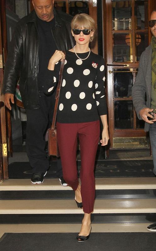 Тейлор Свифт в бордовых брюках и свитере в горошек