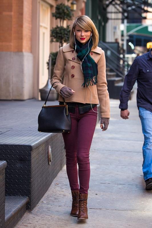 Тейлор Свифт в бордовых брюках, тренче и шарфом на шее