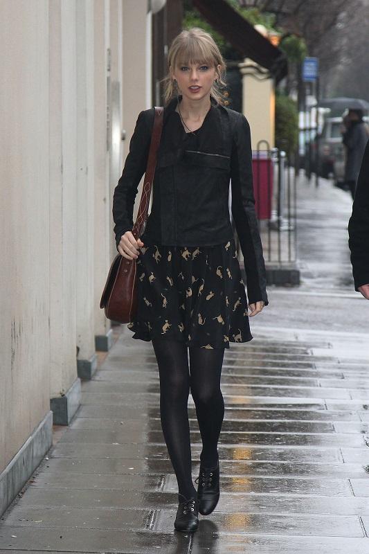 Тейлор Свифт в черном платье с принтом и куртке