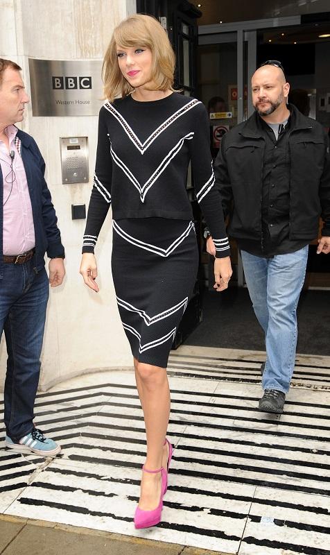Тейлор Свифт в черной юбке карандаш, блузе и розовых туфлях