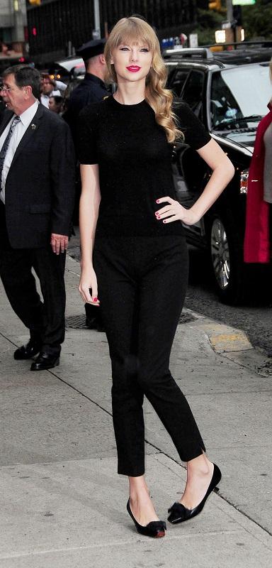 Тейлор Свифт в черных брюках и балетках