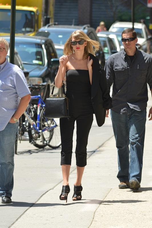 Тейлор Свифт в черных укороченных брюках топе и жакете