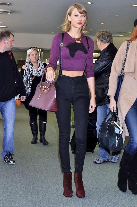 Тейлор Свифт в джинсах с завышенной талией и коротком свитере