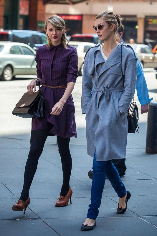 Тейлор Свифт в фиолетовом платье с ремешком на талии и туфлях