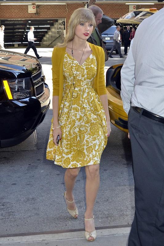 Тейлор Свифт в горчичного цвета платье и болеро