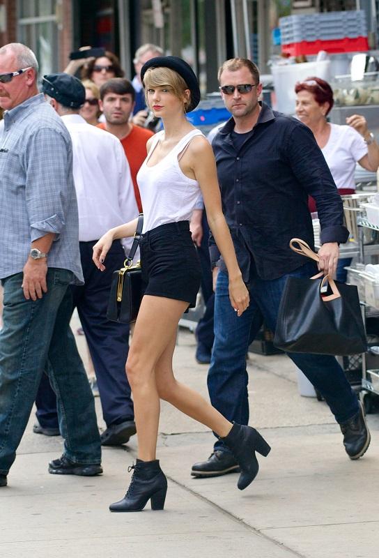Тейлор Свифт в коротких шортиках, белом топе и ботильонах