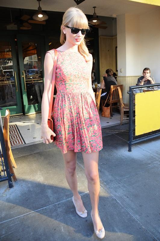 Тейлор Свифт в красном, мини платье с цветочным принтом