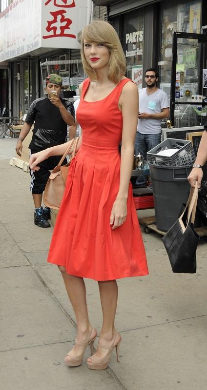 Тейлор Свифт в красном платье и босоножках на каблуке