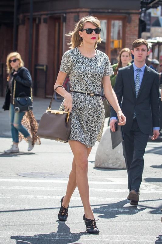 Тейлор Свифт в мини платье с принтом и туфлях