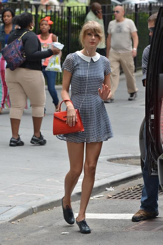 Тейлор Свифт в мини платье в клетку с белым воротничком и кроссовках