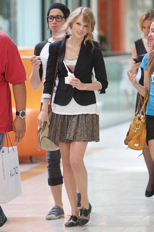 Тейлор Свифт в мини юбке, белой футболке и жакете