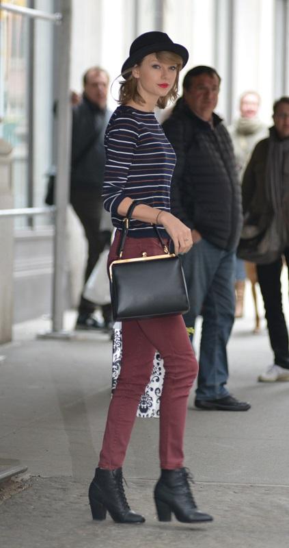 Тейлор Свифт в облегающих джинсах, полосатом свитере и шляпке